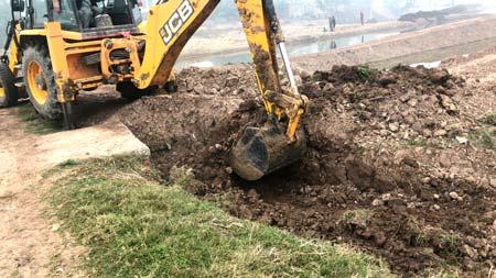 Excavaciones-largas-y-estrechas-para-dirigir-agua-en-Santiago